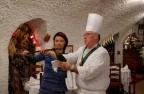 在餐厅用香槟刀削开香槟